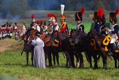 Reenactors kleedde zich aangezien Napoleonic oorlogsmilitairen paarden berijden Stock Foto's