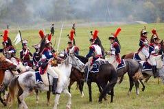 Reenactors kleedde zich aangezien Napoleonic oorlogsmilitairen paarden berijden Royalty-vrije Stock Afbeelding