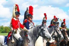 Reenactors kleidete an, wie Soldaten des napoleonischen Krieges Pferde reiten Lizenzfreie Stockfotografie
