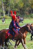 Reenactors kleidete an, wie Soldaten des napoleonischen Krieges Pferde reiten Lizenzfreies Stockbild