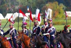 Reenactors kleidete an, wie Soldaten des napoleonischen Krieges Pferde reiten Lizenzfreie Stockfotos