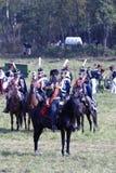 Reenactors kleidete an, wie Soldaten des napoleonischen Krieges Pferde reiten Lizenzfreie Stockbilder