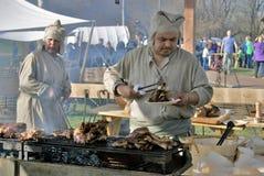 Reenactors män som lagar mat i Kolomenskoye, parkerar i Moskva royaltyfri foto