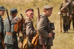 Reenactors militares nos uniformes de uma segunda guerra mundial Fotografia de Stock Royalty Free