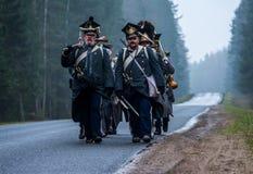 Reenactors que marcha al campo de batalla del rodaballo para la reconstrucción de la batalla 1812 del río de Berezina, Bielorrusi Imágenes de archivo libres de regalías