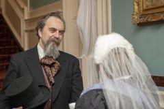 Reenactors que retrata a la reina Victoria de la reunión de Charles Dickens imagenes de archivo