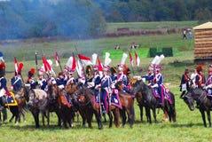 Reenactors s'est habillé comme les soldats de guerre napoléonienne montent des chevaux Photos libres de droits
