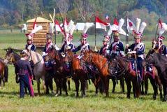 Reenactors se vistió como los soldados de la guerra napoleónica montan caballos Imágenes de archivo libres de regalías