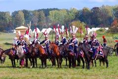 Reenactors se vistió como los soldados de la guerra napoleónica montan caballos Foto de archivo libre de regalías