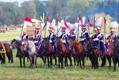 Reenactors se vistió como los soldados de la guerra napoleónica montan caballos Foto de archivo