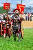 Reenactors si è vestito come i soldati camminano su erba verde Fotografie Stock