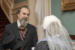 Reenactors som beskriver den Charles Dickens mötedrottningen Victoria arkivbilder