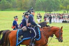 Reenactors ubierał gdy Napoleońskiej wojny żołnierze jadą konie Zdjęcia Royalty Free