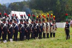 Reenactors ubierał gdy Napoleońskiej wojny żołnierzy mienia statywowi pistolety obrazy stock