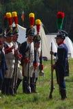 Reenactors ubierał gdy Napoleońskiej wojny żołnierzy mienia statywowi pistolety obraz stock