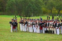 Reenactors ubierał gdy Napoleońskiej wojny żołnierzy mienia statywowi pistolety fotografia stock