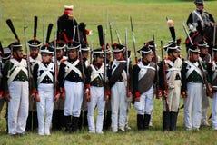 Reenactors ubierał gdy Napoleońskiej wojny żołnierzy mienia statywowi pistolety zdjęcie royalty free