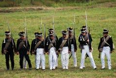 Reenactors ubierał gdy Napoleońskiej wojny żołnierzy mienia statywowi pistolety fotografia royalty free