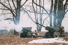 Reenactors Ubierał Jako Rosyjscy Radzieccy Czerwonego wojska żołnierze Stoi W rzędzie druga wojna światowa Obrazy Stock
