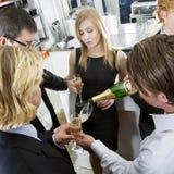 Reenchendo Champagne fotos de stock