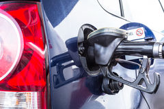 Reenchendo o combustível do carro Fotos de Stock Royalty Free