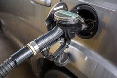 Reenchimento diesel do carro fotografia de stock