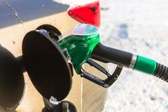 Reenchimento do carro com gasolina fotos de stock royalty free