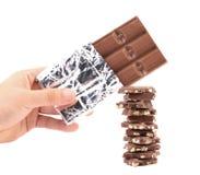 Reep chocolade in folie en smakelijke hap. stock afbeelding