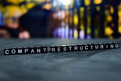 Reestructuración de la compañía en bloques de madera Concepto del negocio y de las finanzas fotografía de archivo