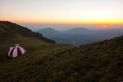 Refúgio no nascer do sol, montanhas da montanha de Tiganesti de Bucegi Imagem de Stock