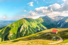 Refúgio no por do sol das montanhas de Sibillini perto do lago fotografia de stock