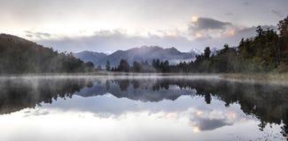 Refection de la opinión del lago new Zealand con el cielo de la salida del sol de la mañana fotos de archivo libres de regalías