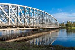 Refection del ponte sopra il fiume in Finlandia Fotografie Stock Libere da Diritti