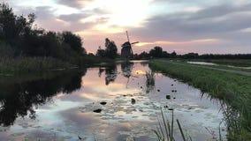 Refection holandés del agua de la salida del sol del molino de viento almacen de video