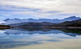 Refection im Reservoir von Los Bermejales Lizenzfreie Stockfotos