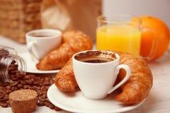 Refeição da manhã com suco de laranja e croissant Foto de Stock