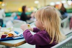 Refeição dinning do fast food da matriz e da filha na alameda Imagem de Stock Royalty Free