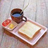 Refeição do café da manhã com brinde da fatia do café e doce de morango fotografia de stock royalty free