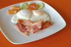 Refeição do café da manhã com o ovo do bacon da salsicha Imagem de Stock Royalty Free