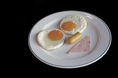 Refeição do café da manhã com o ovo do presunto da salsicha foto de stock