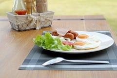Refeição do café da manhã com o ovo e a salada da salsicha do presunto fotos de stock royalty free