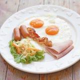 Refeição do café da manhã com o ovo e a salada do bacon da salsicha do presunto Imagem de Stock Royalty Free