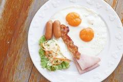 Refeição do café da manhã com o ovo e a salada do bacon da salsicha do presunto Imagens de Stock
