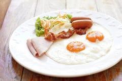 Refeição do café da manhã com o ovo e a salada do bacon da salsicha do presunto Fotografia de Stock