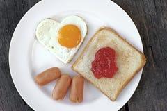 A refeição do café da manhã com ovo da salsicha e a fatia brindam fotografia de stock