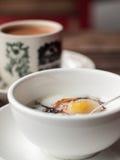 Refeição do café da manhã do ovo escalfado do chá do leite Imagens de Stock Royalty Free