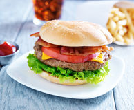 Refeição do cheeseburger do bacon com cola e fritadas Foto de Stock Royalty Free