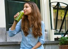 Refeição do vegetariano e conceito do tempo da ruptura da desintoxicação Menina bonita que senta-se fora de sua casa que bebe o s foto de stock