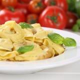 Refeição italiana dos macarronetes do Tortellini da massa da culinária com os tomates em p Foto de Stock Royalty Free
