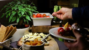 Refeição matinal - o homem toma aperitivos da tabela dos legumes frescos no hotel de luxo ou no restaurante vídeos de arquivo